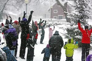 Snöig raket. Inga problem hålla värmen i snöfallet med ringlekar runt granen.
