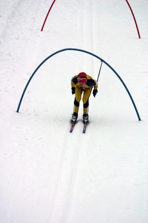 I en del av skicrossbanan fick man huka sig under bågarna.