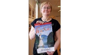 Karin Hästö, kultursekreterare, med affischen för helgens teaterföreställning på Nybo bygdegård.