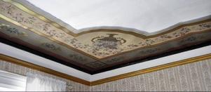 Signerade takmålningar från 1889 pryder ett av rummen.