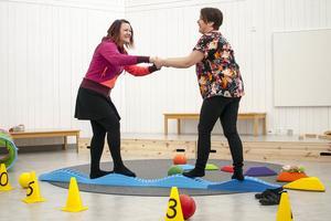 Åsa Alstergren och Marielle Dahlsten har båda varit delaktiga på olika sätt i utformningen av den nya förskolan i Funäsdalen. Här testar de barnens motorikbana.