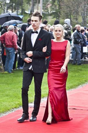 Gustaf Söderblom och Frida Gunnarsson på väg till minglet  på Högbo Bruk.