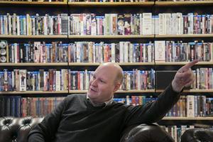På sitt kontor har Henrik Dorsin skinnsoffor och arbetsbibliotek som består av en hel vägg full av dvd-filmer.Foto: Hossein Salmanzadeh/TT
