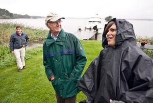 Hans majestät kung Carl XVI Gustaf laddar inför fisketuren med Josefine Schwertner Eriksson som ansvarade för media i regnet.