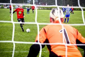 Julia Wahlund visade vägen för sitt Mohed då hon gav laget ledningen med 1–0 på straff i derbyt mot Trönö. Anna Lundgren i målet kunde inte hindra skyttedrottningen. Mohed vann till slut med 4–1.