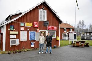 Ägarbyte. Från den 1 januari 2015 ägs Tiveds Handel av Mikael Wallin. Han tar över lanthandeln efter Paul Särnholm som har drivit butiken i nio år. Foto: Tove Svensson