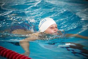I tävlingen får alla simsätt användas, crawling, rygg- och bröstsim.
