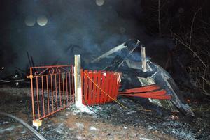 Byggnaden gick inte att rädda utan brann helt ner. Vad som orsakade branden är oklart.