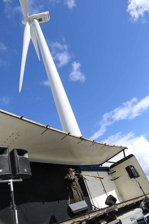 Ewert Ljusberg blåste i näverlur och sjöng i vindkraftverkens skugga.