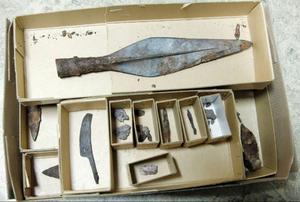 Här är alla föremål som hittades i Börtnan. Längst upp ser ni spjutspetsen Längre ner ligger pilspetsar och knivar, samt en hammare och sax.