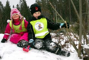Tilde Stafström och Melvin Sundberg har lyckats ta sig upp på favoritstenen.