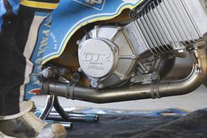 Ludvig Lindgren, Fredriks lillebror som är lagkapten i Indianerna, har kört bra på GTR-motorer i brittiska ligan i inledningen av årets säsong, men trivdes inte alls på den i elitseriepremiären i Vetlanda förra veckan och bytte tillbaka till sin GM-motor redan efter två heat.