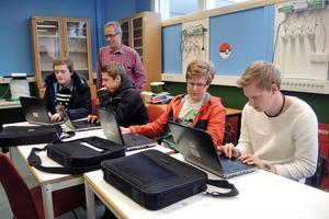 Lars Ljunggren tittar på när Kim Airaksinen, Pontus Bergsten, Erik Thored och Joakim Svensson jobbar med streaming på sin kurs i digital kommunikationsteknik.