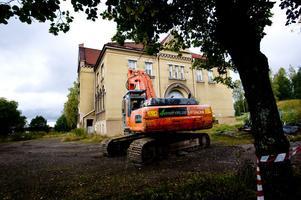 Förvaltningsrätten i Falun fick i går in en begäran om så kallad inhibition när det gäller rivningen av skolan i Islingby, vilket kan innebära att grävskoporna stoppas om än bara tillfälligt.