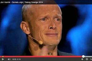 Tobias Karlsson, en av jurymedlemmarna, kunde inte hålla tårarna tillbaka när Jon-Henrik Fjällgren jojkade i Talang i TV3. FOTO: TV3/Youtube