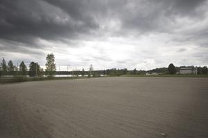 Fotbollsplanen, vid Sjövägen mellan två villaområden i Uggelbo, är platsen för det nya äldreboendet i Fagersta kommun. Förvaltningsrätten har avslagit den överklagan som gjorts. Foto: Arkiv
