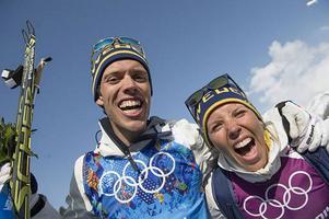 Marcus Hellner och Charlotte Kalla tackar Rikard Grip för framgångarna i OS.FOTO: Jonas Lindkvist/TT