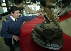 I fjol, 60 år efter Saint-Exupérys död, återfanns resterna av hans kraschade plan. Här undersöks de av den franske flygöversten Patrick Morvan.