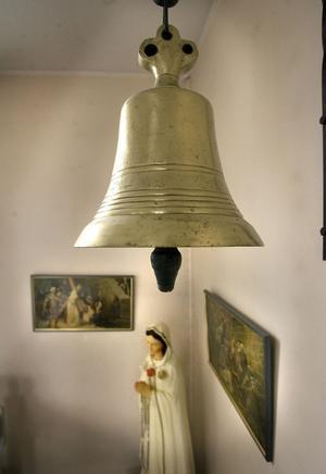 Klockan som skänktes av påven hänger på hedersplats inne i kapellet.
