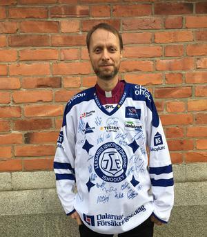 Biskop Mikael Mogren hoppas försäljningen av den signerade Leksandströjan ska bidra till med pengar till solidaritetsarbetet inom Svenska Kyrkan.