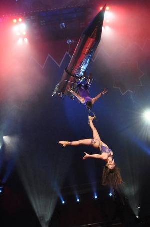 LUFTTRICK. Trapetskonstnärerna Vicky och Pablo Garcia fick publiken att dra efter andan där de hängde högt upp i luften under en silverglänsande raket.