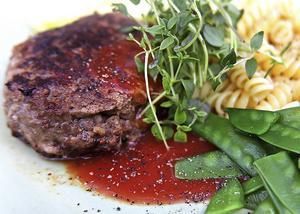 Bacon i färsbiffarna ger smak av sommargrillat mitt i januari. Gott till pasta och tomatsås.   Foto: Dan Strandqvist