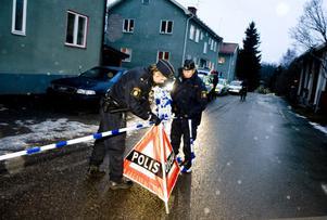 I väntan på kriminaltekniker spärrade polisen av området kring fastigheten på Knipes väg.