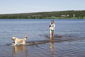 Alla tycker inte att det är kallt. På Norebadet badar och leker hunden Bella gladeligen med matten Angela Jillings trots att det fortfarande är under 20 grader i plurret.