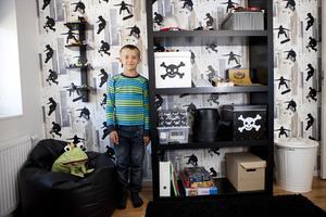 """Hos Filip. Tufft svart och skateboardsiluett präglar Filips rum. """"Bäst med mitt rum är att det är litet"""", sammanfattar Filip själv."""