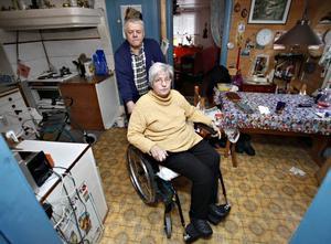 Ursula och Sven-Olof Engstrands torp är enkelt, med utedass och brunn på gården. Men det är deras hem. Och nu ska det säljas av Kronofogden. Ursula Engstrand blev grundlurad av en spåkvinna som köpt bilar och husvagnar i hennes namn. Spåkvinnan är försvunnen. Skulderna finns kvar.