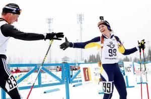 Anna Carin Olofsson-Zidek gratuleras till SM-guldet av landslagskompisen Magnus Jonsson, Östersund.