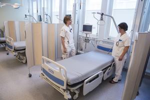 I den stora salen på Akutvårdsavdelningen väntar fyra patientsängar. Två platser till finns i enkelrum.