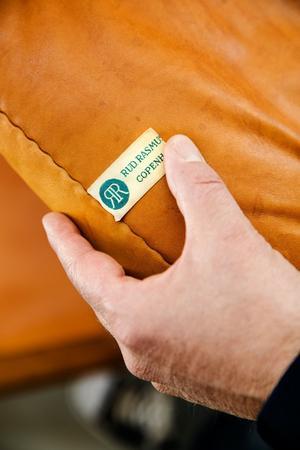 Verifikation. Titta efter stämplar och etiketter som kan verifiera att möbeln är äkta.