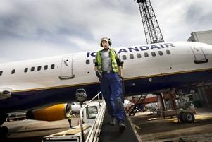 MAGISTER. Tommy Strömberg gillar jobbet som flygplan-lastare för den goda stämningens skull. Men han erkänner att det kan vara slitsamt för ryggen, och att han som universitetsutbildad                                  i ekotoxikologi gärna fick ett sådant typ av jobb.