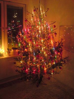 Om vi hemma får välja så blir granen maxad med olika sorters glitter, massa kulor och två olika ljusslingor. Tänk er granen Piff & Puff gömmer sig i på julafton. USA möter Sverige helt enkelt.