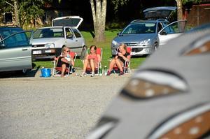 Bingo i solskenet. Pernilla Gustavsson, Julia Fälling och Moa Fohlin från Lindesberg och Örebro satt i var sin solstol och prickade av nummer på brickorna. Riktigt soliga onsdagar är det för varmt att sitta i bilarna, om man inte sätter upp solskydd.