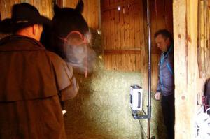 Egon Johansson med hästen Tösen provar värmekameran.