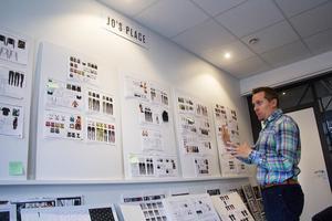 På en vägg som kallas Jo´s place sitter Joanne Booths arbete med nya kollektioner.