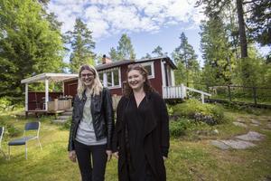 Moa Lindqvist och Cecilia Andersdotter Edpil köpte sitt sommarhus för två år sedan. Efteråt fick de veta att det låg ett myggreservat i skogen bredvid.
