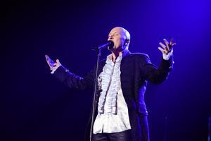 Södertäljesonen Johan Boding har sjungit mycket Queen och Ted Gärdestad under sin artistkarriär. Det står även på repertoaren den 5 oktober i Folkets hus. Foto: Peder Andersson