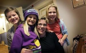 Lena Drugge kramas om av överlyckliga Julia Pershagen (från vänster på bilden), Eline Gustafsson och Lisa Andersson. Foto: Staffan Björklund