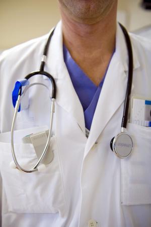 Specialist? Javisst! I landsting som Sörmland och Stockholm har patienter rätt att själva gå till specialistläkare även utanför det egna länet. Liknande regler borde gälla också här.foto: scanpix
