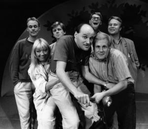 Galenskaparna och After Shave 1986, från vänster Peter Rangmar, Kerstin Granlund, Claes Eriksson, Knut Agnred, Jan Rippe, Anders Eriksson och Per Fritzell.  Foto: Rolf Höjer/SvD/TT