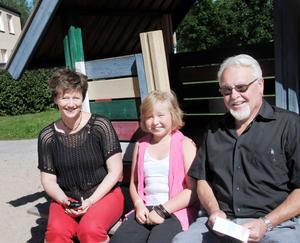 9-åriga Cristine Törnberg gav kommunalrådet Marie Centerwall och Bollnäs Bostäders styrelseordförande Ulf Nyrén tips om roligare lekplatser.