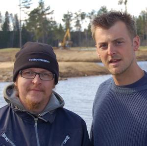 Sjöutsikt. Jonas Carlström, bansvarig, och Patrik Hjorth, assistent, framför en del av den nya sjön.