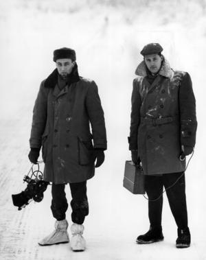 Per-Åke Blidegård och Eric Forsgren på väg ut på reportage. Tidigt 1960-tal.
