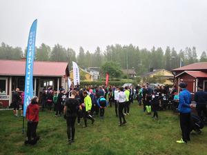 Det var mycket folk i rörelse på skidstadion i Näsviken innan start av Borgarloppet. Extra mycket rörelse blev det när Friskis o Svettis satte igång uppvärmningsgympan.