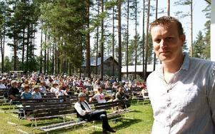 Johan Eriksson tycker att han har hittat den rätta touchen på Malungsfors visfestival. Besökarna verkar hålla med. Foto: Jennie-Lie Kjörnsberg