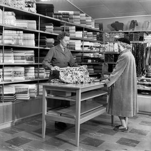 Inne på Konsum. Inez Månsson och Inger Forsberg i Konsums manufakturavdelning.