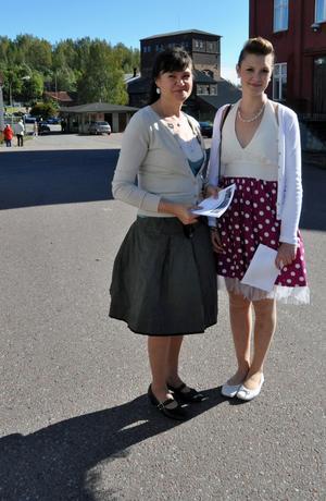 Helena Källberg och dottern Veronica Gustafsson hade klätt upp sig och hälsade de bilburna besökarna välkomna till Långshyttan.